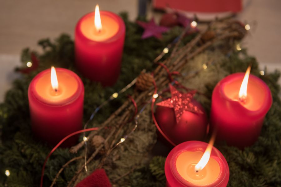 Adventskranz am 4. Advent mit angezündeten Kerzen