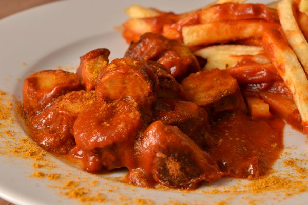 Currywurst, Pommes