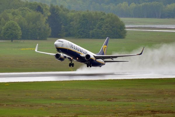Ryanair Boeing 737-8AS (EI-DWR) beim Start auf nassem Runway